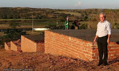 Prefeito Louvado visita obras de construção de novas casas populares