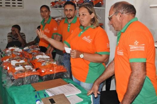 Secretária de Infraestrutura, Simony Fonseca entrega novo fardamento e equipamento de proteção aos servidores da limpeza (Foto: Sezimar)
