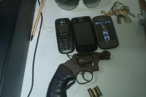 Bandidos estavam com armas e celulares (Foto: Divulgação/PM/RN)