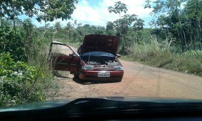 Carro encontrado abandonado em estrada carroçável
