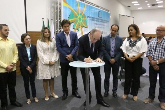 Momento da assinatura do termo para regionalização da saúde(Fotos: Demis Roussos)