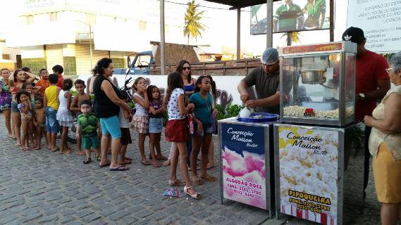 Padaria Pão Nosso distribui pipoca e algodão doce para as crianças no seu dia