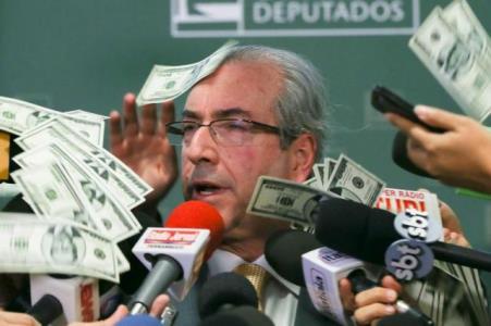 Presidente da Cunha toma um banho de dólares falsos durante entrevista
