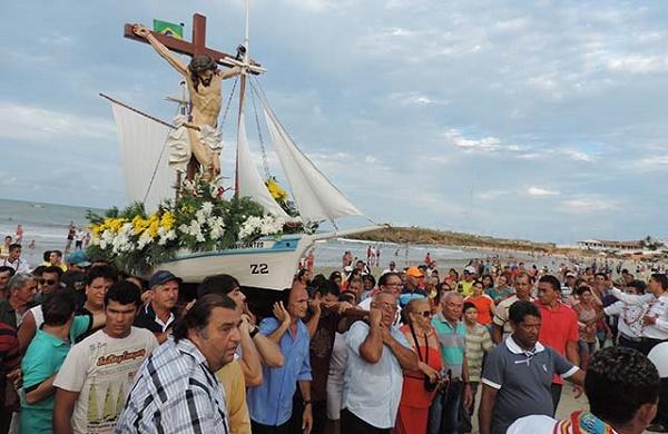 Imagem do Bom Jesus vai até a praia mantendo tradição