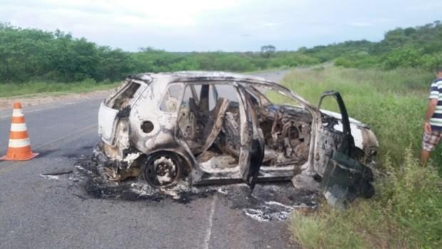 Carro abandonado pelos criminosos foi incendiado numa estrada que dá acesso ao município de Ouro Branco (Foto: Antônio Morais)
