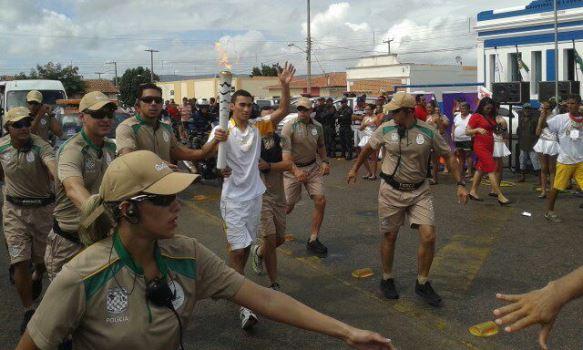 Tocha Olímpica pelas ruas de Lajes (Foto: Nilson Pinheiro)