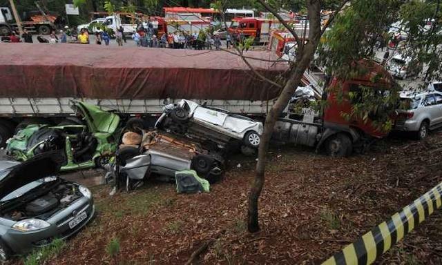 Estado dos carros atingidos pela carreta impressionou até mesmo socorristas (foto: Rodrigo Clemente/EM)