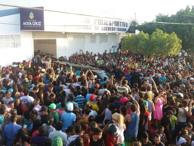 Carro com o corpo de Gil foi recebido sob forte comoção em Nova Cruz (Foto: Fred Carvalho/G1)