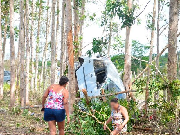 Carro ficou preso entre árvores após acidente em Prado, na Bahia (Foto: Claydson Motta/ Prado Notícia)