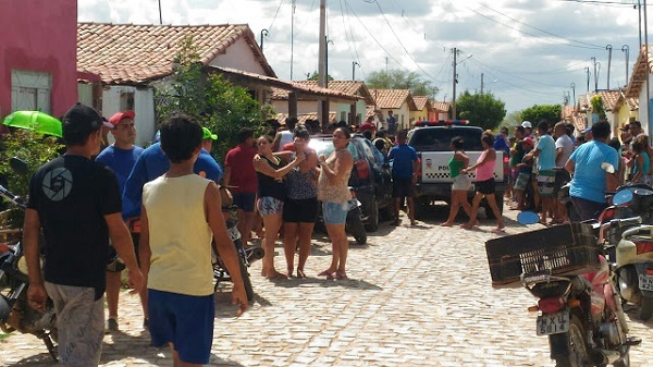 Muitos curiosos no local do crime (Foto:Eurípedes Dias)