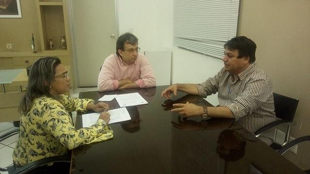 Prefeito Maurício na sede do ITEP com o Diretor Geral e a subcoordenadora de identificação do órgão em Natal