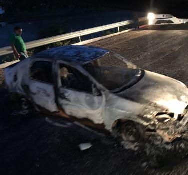 Carro incendiado teria sido encontrado na BR 406 (Foto: WhatsApp)