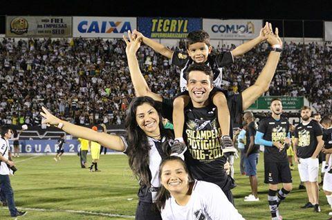 Volante Márcio Passos comemora título ao lado de familiares (Foto: Andrei Torres/ABC)
