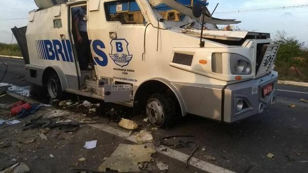 Resultado de imagem para Quadrilha explode carro-forte durante assalto no Ceará