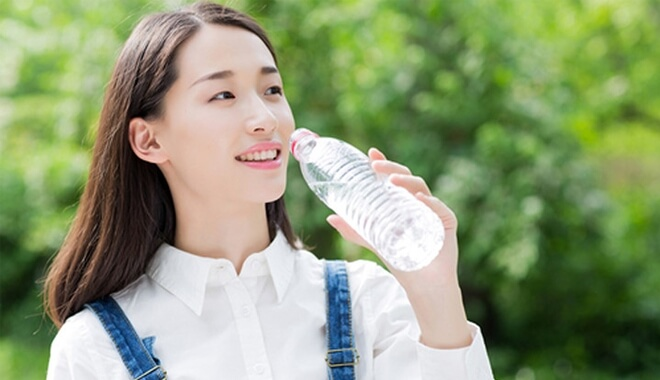 Drink enough water every day for healthy skin - how to smooth facial skin without acne