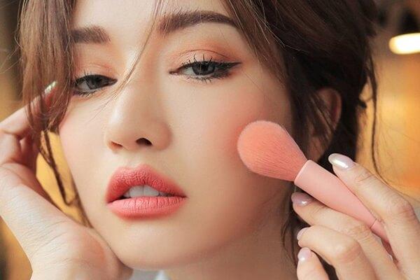 Cách đánh phấn má hồng cho người mới tập makeup