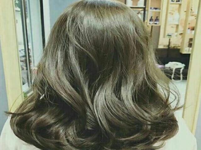 màu tóc tôn da với nâu ánh rêu