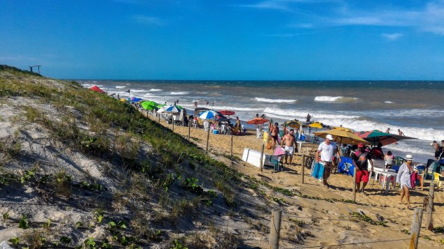 A praia do centro de Guriri é mais movimentada e com ambulantes