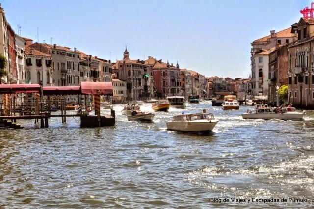 Cruzando el Gran Canal en traghetto