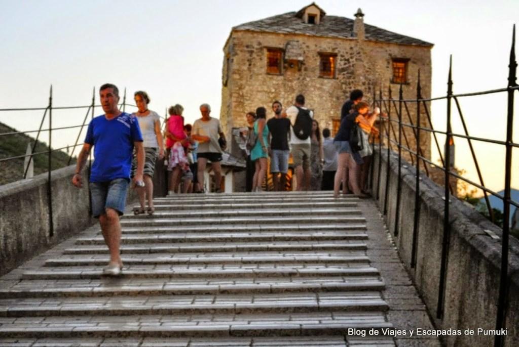 Escaleras por la inclinación en el Puente Viejo de Mostar