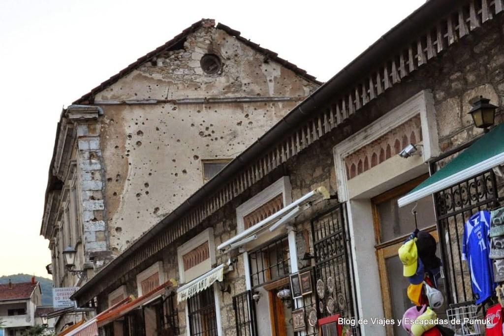 Mascas de la guerra en las fachadas de Mostar