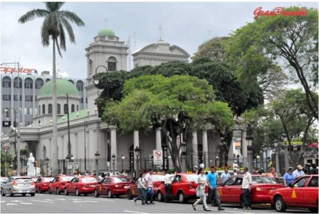 La Catedral Metropolitana de San José de Costa Rica se empezó a construir en el año 1825 como condición de la Corte Española para declarar ciudad a San José. Blog Viajes. Costa Rica, San José, Catedral