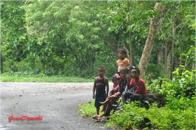 Niños en el margen de la carretera por el interior de Isla Colón. En Blog de Viajes, Bocas del Toro con niños
