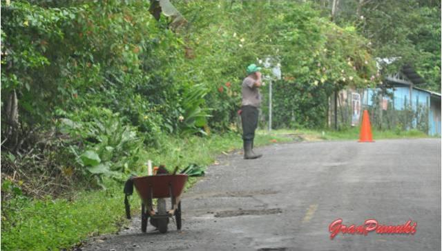 Trabajadores en el margen de la carretera por el interior de Isla Colón. En Blog de Viajes, Bocas del Toro con niños