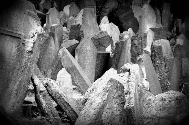 Cementerio Judío en Praga, Chequia. Las lápidas se amontonan. Parece que el pueblo judio no tenía espacio ni después de muerto. Viaje en Blanco y Negro