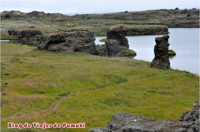 Paisajes volcánicos con formas caprichoosas al borde del lago Mývatn en Islandia