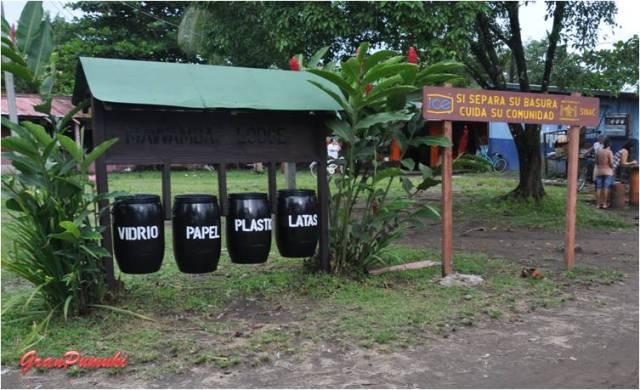 Cubos de basura en Tortuguero