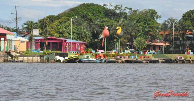 Vista del pueblo de Tortuguero desde el canal o caño. En blog de viajes, Tortuguero, Costa Rica con niños