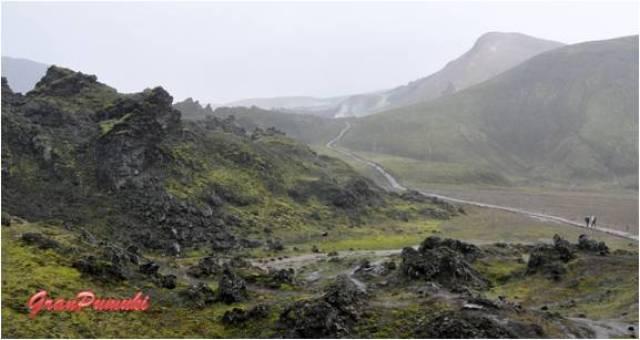 La excursión a Landmannalaugar es recorrer tierras volcánicas y fumarolas. Se puede hacer una recorrido en todo terreno o autobus hasta el campamento base y desde allí iniciar uno de los trekkings mas conocidos del mundo.