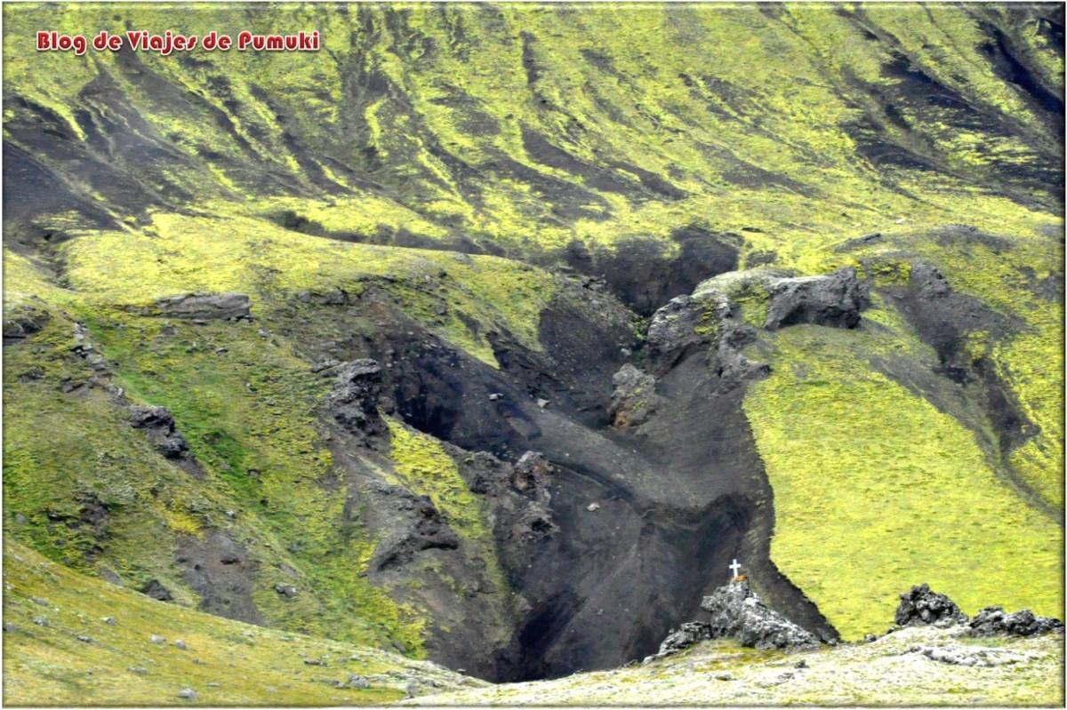 Grietas en el terreno junto al camino a-Landmannalaugar, Islandia