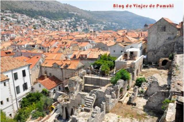 En las calles de Dubrovnik mas alejadas de Stradun quedan señales de Guerra con casas completamente derruidas.