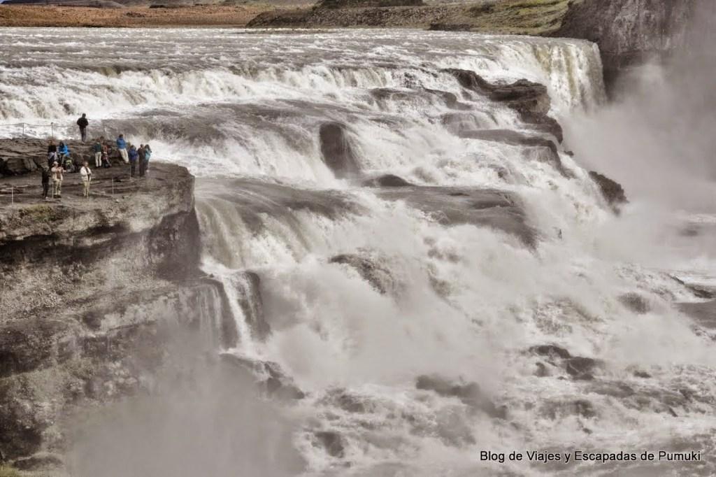 Al borde de la cascada Gullfoss