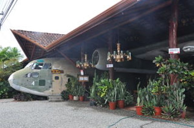 Visita obligadas es Restaurante el Avión en Manuel Antonio, Costa Rica. Tras la cena es un bar de copas.