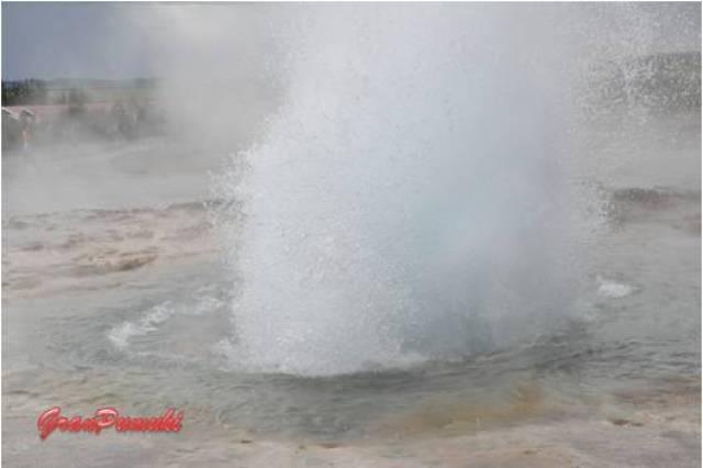 Geiser Strokkur. Explosión de agua hirviendo que se produce con una alta frecuencia, cada 5 ó 10 minutos