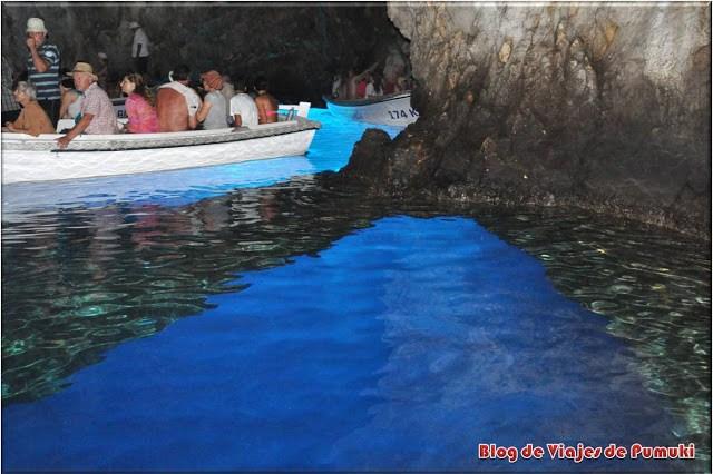 Barcas para acceder al interior de la Cueva Azul en Bisevo, Croacia
