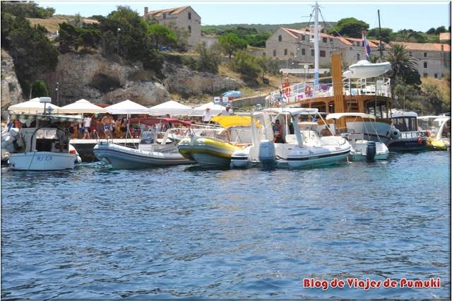 Puerto en la Isla de Bisevo en el Adriático, Croacia. Punto de partida para visitar la Cueva Azul