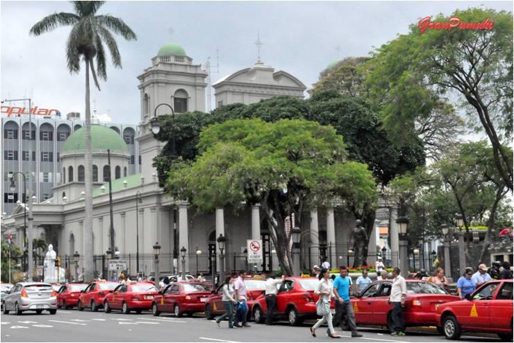 San José es la capital de Costa Rica. Uno de los pocos lugares del país donde la naturaleza deja sitio a coche y edificios. Blog de viajes a Costa Rica con niños.