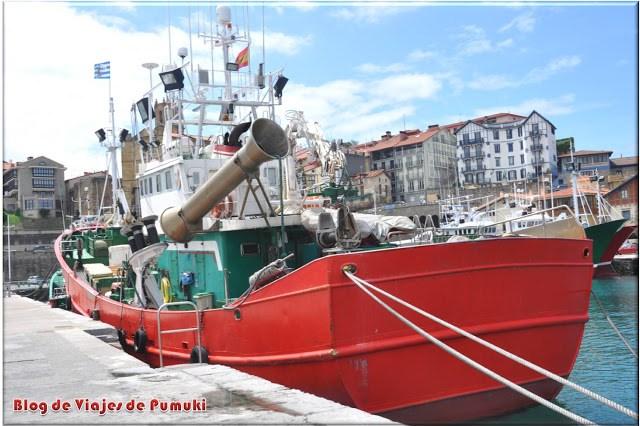 Vista del puerto pesquero de Guetaria con el pueblo al fondo. Blog de viajes. País Vasco