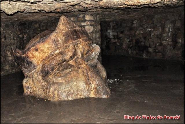 Estatua de cabeza ahogándose en el Laberinto del Castillo de Buda en Budapest