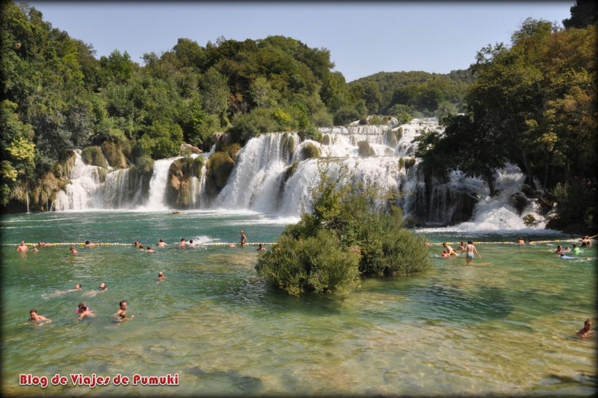 Parque Nacional de Krka , donde es posible bañarse junto a una cascada en Croacia
