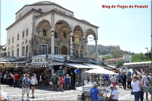 Plaza Monastiraki esquina a la comercial Pandrossou, acceso al barrio de la Plaka en Atenas