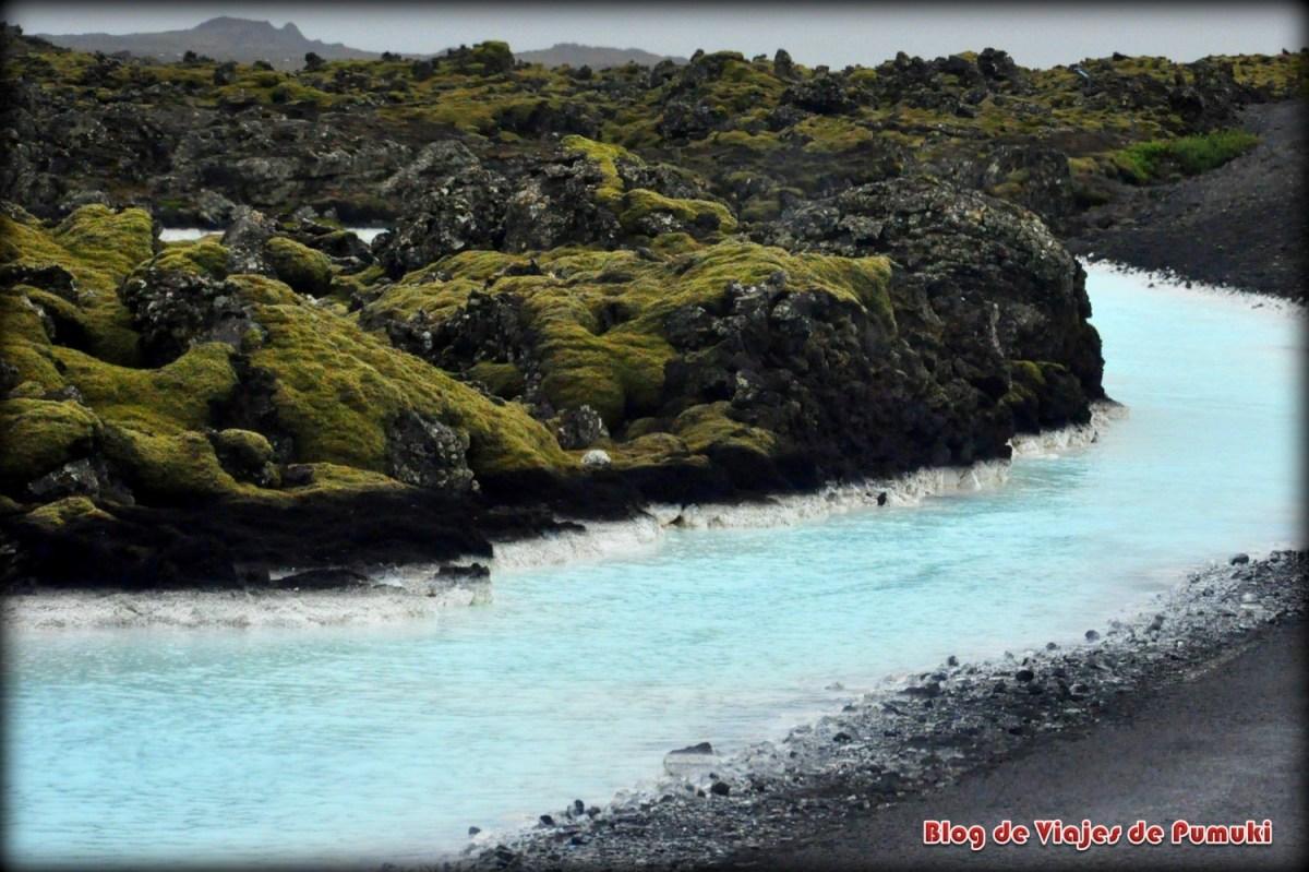Agua Azul entre la lava cerca de la Laguna Azul