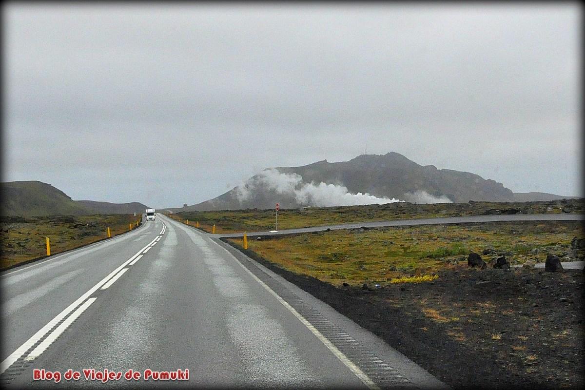 Desde la carretera hacia la Laguna Azul se ve el vapor de agua humeante