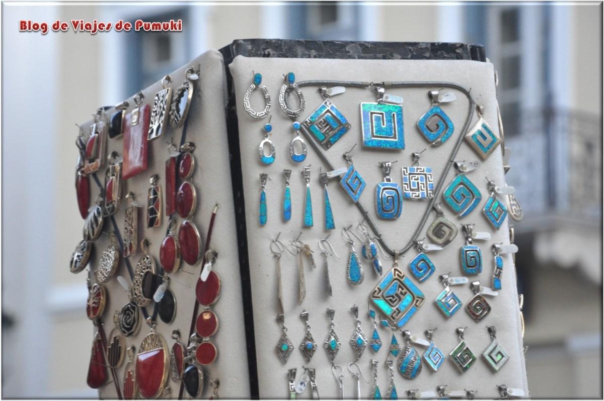 En el barrio de la Plaka se puede pasear y comprar artesania local muy variada