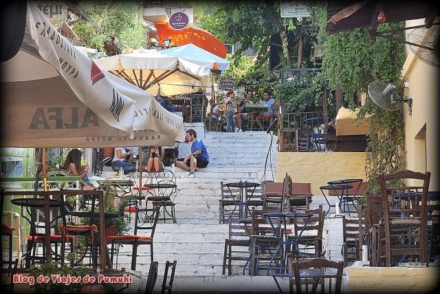 Hay multitud de restaurantes en la Plaka de Atenas donde comer comida tradicional.