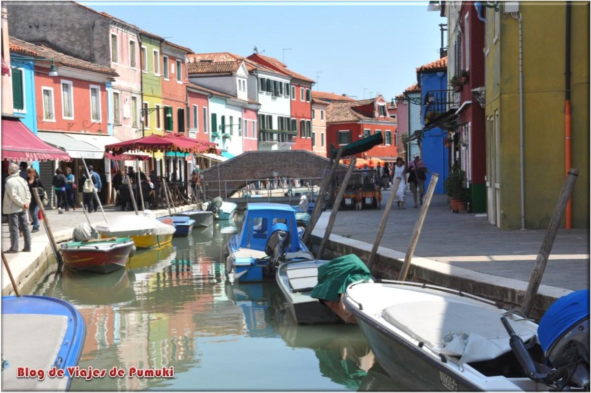 casas de colores y canales en la Isla de Murano en Venecia